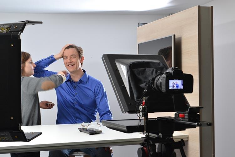 09h15 : Entrée des artistes – Richard, expert Nordnet des connexions alternatives, se fait maquiller pour le tournage.
