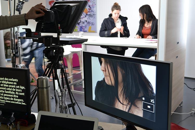 14h00 : Coralie, chef de produit Securitoo Family, en pleine séance maquillage. C'est son premier  passage devant la caméra pour Nordnet.
