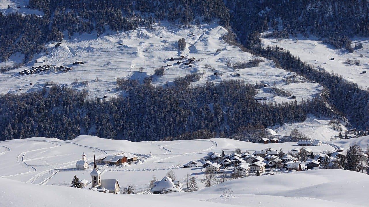 paysage village de haute montagne sous la neige